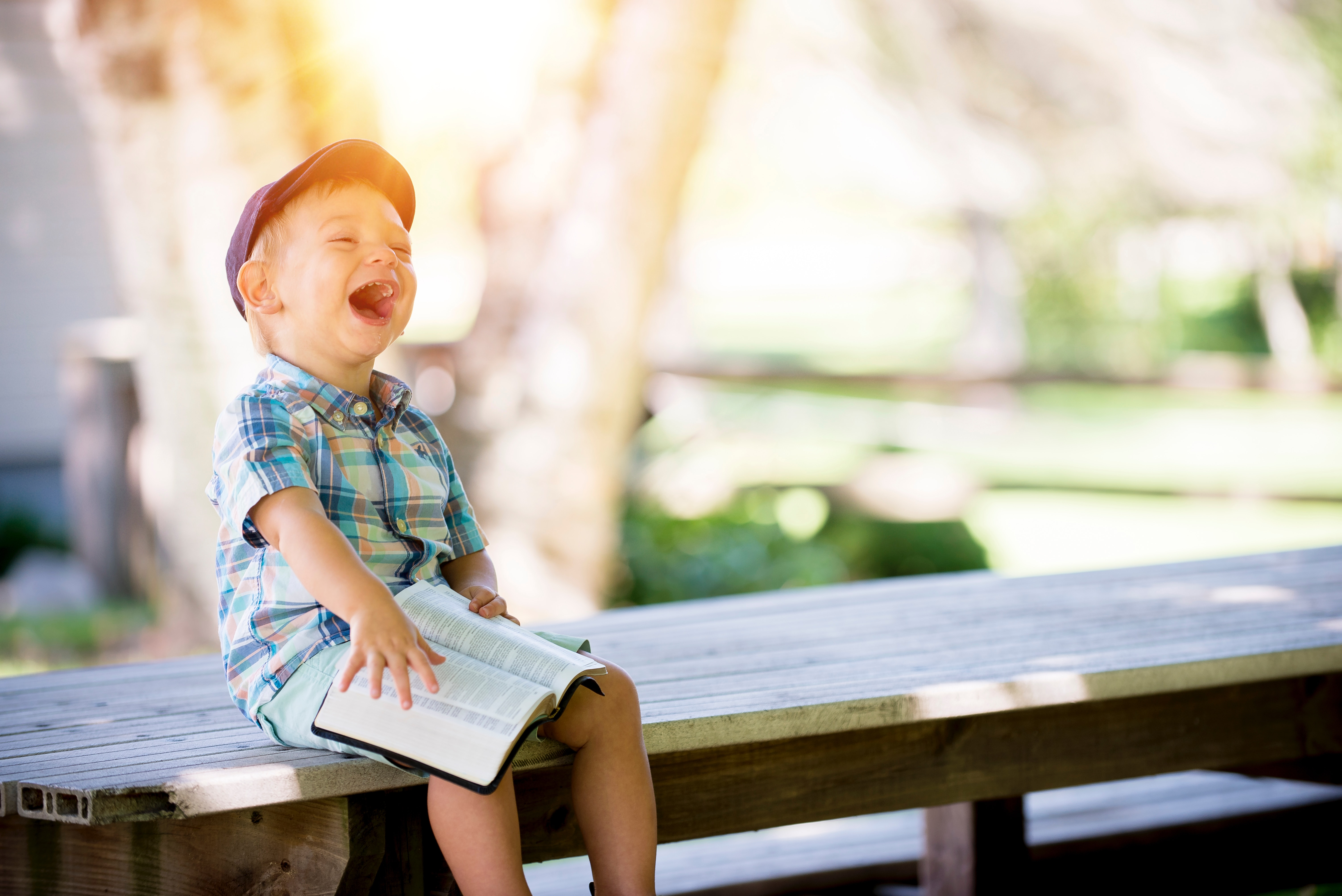 enfant-livre-rire
